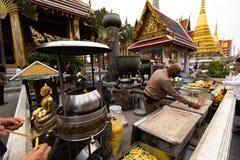 曼谷,泰国- 2018年4月6日:在金子-扎克里天-装饰的曼谷大皇宫和明亮的颜色buddists是的地方 免版税库存照片