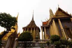 曼谷,泰国- 2018年4月6日:在金子-扎克里天-装饰的曼谷大皇宫和明亮的颜色buddists是的地方 库存图片
