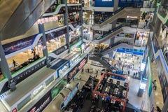 曼谷,泰国- 2017年12月24日:在Pantip广场里面的人们,最大的电子和软件商业区在Tha 免版税库存照片