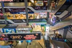曼谷,泰国- 2017年12月24日:在Pantip广场里面的人们,最大的电子和软件商业区在Tha 库存照片