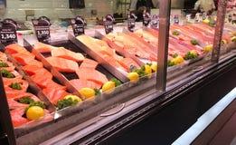 曼谷,泰国- 2016年8月18日:在refr的新鲜的切片三文鱼 免版税库存图片