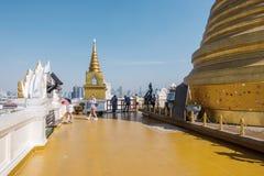 曼谷,泰国- 2017年12月21日:在stupa前面的人们在金黄登上在曼谷,泰国 库存图片