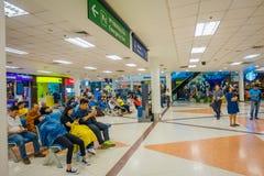 曼谷,泰国- 2018年2月01日:坐在椅子的内部观点的未认出的人民在会合点区域 库存图片