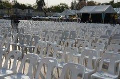 曼谷,泰国- 2019年1月2日:堆在乌翁Ai东拉克莱镇Kwam Nao的白色塑料椅子'Rattanakosin河'festi 免版税图库摄影