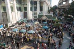 曼谷,泰国- 2017年12月6日:外国人和当地人民参观并且崇拜四面佛在Ratchaprasong群内 免版税图库摄影