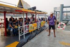 曼谷,泰国- 2018年2月09日:室外观点的在的一条小船里面的未认出的人在曼谷亚伊运河或 库存图片