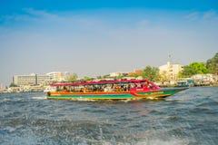 曼谷,泰国- 2018年2月09日:室外观点的在的一条小船里面的被弄脏的人在曼谷亚伊运河或Khlong 库存照片