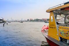 曼谷,泰国- 2018年2月09日:室外观点的在的一条小船里面的被弄脏的人在曼谷亚伊运河或Khlong 免版税图库摄影