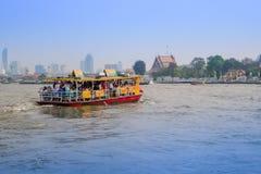 曼谷,泰国- 2018年2月09日:室外观点的在的一条小船里面的被弄脏的人在曼谷亚伊运河或Khlong 免版税库存图片