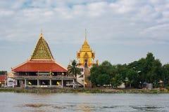曼谷,泰国- 2016年1月20日:寺庙或Wat沿昭拍耶河 曼谷的寺庙是资本的心脏的一部分和灵魂 免版税库存照片
