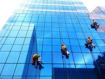 曼谷,泰国- 2017年10月16日:小组在高层建筑物的更加干净的垂悬,洗涤和清洗窗口 库存图片