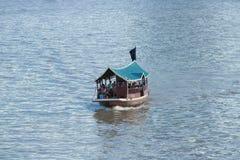 曼谷,泰国- 2017年9月03日:小船旅行的游人在昭拍耶河 免版税库存图片