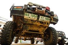 曼谷,泰国- 2018年1月14日:巨足兽汽车正面图是泥泞的土壤污点,停放在村庄 免版税图库摄影