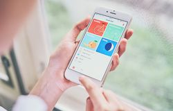 曼谷,泰国- 2018年1月31日:拿着在健康app屏幕上的妇女智能手机在iPhone 6 免版税库存照片