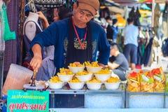 曼谷,泰国- 2017年3月18日:摊贩是卖未加工 免版税库存照片