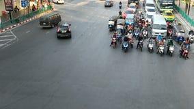 曼谷,泰国- 2018年11月23日:摩托车时间间隔视图和滑行车在繁忙的交叉点交易在曼谷 股票录像