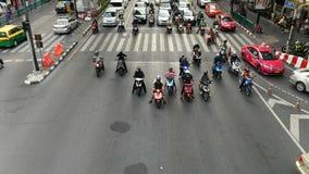 曼谷,泰国- 2018年11月23日:摩托车时间间隔视图,滑行车和脚踏车在繁忙的交叉点交易在Bangk 股票视频