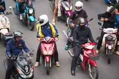 曼谷,泰国- 2016年11月28日:摩托车骑士在有行人穿越道的交叉点等待绿灯城市道路的 库存图片