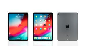 曼谷,泰国- 2018年11月24日:新的苹果计算机iPad赞成2018空间灰色颜色演播室射击  免版税库存图片