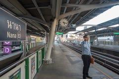 曼谷,泰国- 2017年12月25日:曼谷天空火车或BTS,纳纳驻地 库存图片