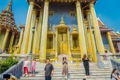 曼谷,泰国- 2018年2月01日:曼谷玉佛寺的未认出的人,鲜绿色菩萨的寺庙有蓝天的 免版税库存图片