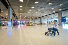 曼谷,泰国- 2018年2月08日:有轮椅的未认出的人走在大厅里的内部观点的在唐 图库摄影