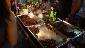 曼谷,泰国- 2018年5月3日:未认出的人卖格栅臭虫在Yaowarat路在曼谷` s唐人街区 影视素材