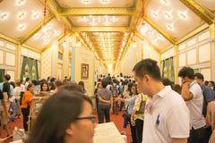 曼谷,泰国- 2017年11月28日:未认出的人民来参观嗯的皇家火葬场和陈列已故的国王 免版税库存照片
