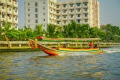 曼谷,泰国- 2018年2月09日:未认出的人航行室外看法在一条长尾巴小船的在曼谷亚伊运河 库存照片
