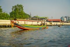 曼谷,泰国- 2018年2月09日:未认出的人航行室外看法在一条长尾巴小船的在曼谷亚伊运河 免版税图库摄影