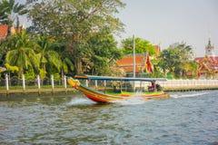 曼谷,泰国- 2018年2月09日:未认出的人航行室外看法在一条长尾巴小船的在曼谷亚伊运河 免版税库存照片