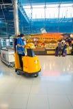 曼谷,泰国- 2018年2月08日:机场职员室内看法有很多行李推车的在素万那普机场 库存照片