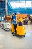 曼谷,泰国- 2018年2月08日:机场职员室内看法有很多行李推车的在素万那普机场 免版税库存图片