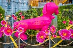 曼谷,泰国- 2018年2月08日:束室外看法与金黄分支装饰的桃红色花和巨大 免版税库存照片