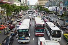 曼谷,泰国- 2015年6月29日:沿一条繁忙的路的交通堵塞在中央世界大厦附近 交通堵塞是一个严重的问题  免版税库存图片