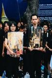 曼谷,泰国- 2016年10月22日:泰国人出席唱歌 免版税库存图片