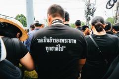 曼谷,泰国- 2016年10月22日:泰国人出席唱歌 库存照片