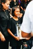曼谷,泰国- 2016年10月22日:泰国人出席唱歌 库存图片