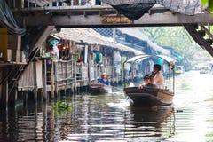 曼谷,泰国- 2018年2月11日:游人喜欢旅行乘在小伙子Mayom运河的旅游长尾巴小船 库存图片