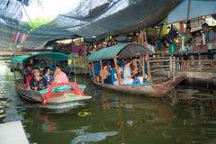 曼谷,泰国- 2018年2月11日:游人喜欢旅行乘旅游长尾巴小船和划艇在小伙子Mayom运河 库存图片