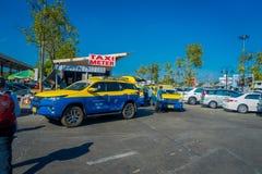 曼谷,泰国- 2018年2月01日:繁忙的汽车停车场室外看法与Chiangmai国际性组织出租汽车的  免版税图库摄影