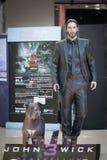 曼谷,泰国- 2019年5月4日:约翰灯芯和他的pitbull狗,同犯照片  约翰灯芯与实物大小一样的图是 免版税库存图片