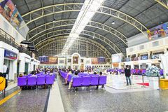 曼谷,泰国- 2018年9月8日:许多人等待火车在华Lamphong火车站曼谷火车站 库存照片