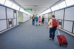曼谷,泰国- 2018年2月01日:走在曼谷国际机场里面的一个大厅里的Unidsentified人 免版税库存照片