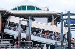 曼谷,泰国- 2018年6月14日:走通过码头的游人 免版税库存图片
