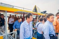 曼谷,泰国- 2018年2月09日:采取khlong的室外观点的未认出的人民在曼谷乘出租车运河船 免版税库存照片