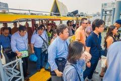 曼谷,泰国- 2018年2月09日:采取khlong的室外观点的未认出的人民在曼谷乘出租车运河船 库存图片