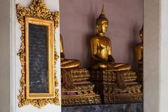 曼谷,泰国- 2017年10月31日:里面Wat Pho寺庙 有知识的片剂 泰国的第一所函授大学 库存照片
