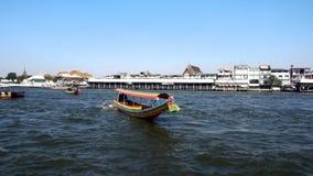 曼谷,泰国- 2017年12月21日:长尾巴小船运行在昭披耶河的,旅游胜地在泰国 股票录像