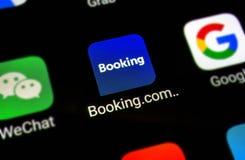 曼谷,泰国- 2019年6月15日:预定的应用象宏观照片在智能手机屏幕上的 旅馆预定被设置的应用程序象  免版税图库摄影